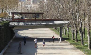 Ciutadans fent esport o passejant ahir per la canalització del riu Segre.