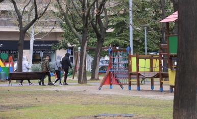 Un grup de joves passeja per un parc de Balàfia, que avui quedarà tancat.