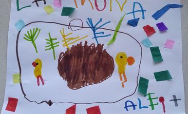 L'Aleix de 3 anys ha dibuixat la seva mona, la vol amb un ou molt gran de xocolata, 2 pollets i plomes.