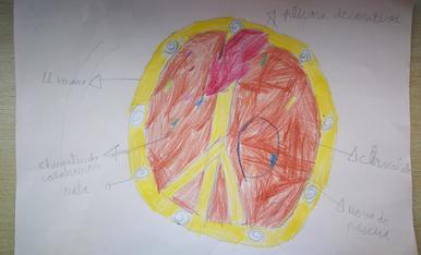 La Martina Fondevila de 7 anys ha dibuixat una mona que inclou xocolata, nata xispetes de colors, llimona i una ploma decorativa i un ou de Pasqua