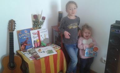 Els petits de casa han celebrat Sant Jordi muntant una paradeta amb els seus llibres preferits. La petitona Iris de dos anys ha escollit El meu gatet Praliné i el gran l'Albert de sis anys està entre Dracs i altres bèsties i un clàssic com El petit pr