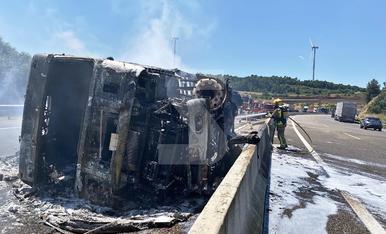 © L'incendi d'un camió talla l'Eix