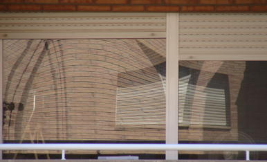 De momento mis vacaciones este año son confinadas... Pero eso, no me deja de disfrutar del Balconeo, una nueva modalidad de hacer fotos divertidas y artísticas de sus balcones...Os envió esta imagen artística de uno de ellos.