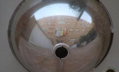 Balcons i finestres de cases, divertides, simpátiques o artistiques, són les fotos que enfaig en les meves vacances confinades aquest any a Lleida. En aquest cas es una foto artistique d'un reflex d'una casa i els seus balcons, en una pica o lavab