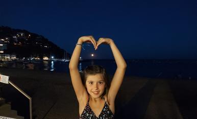La Martina a Llafranc , fent un bonic cor a la lluna.