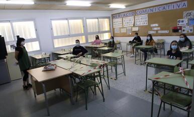 Alumnes d'un institut de la capital amb mascareta a classe el mes de juny passat.