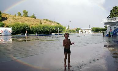 Espectacle meteorològic una tarda d'estiu a les piscines de Seròs