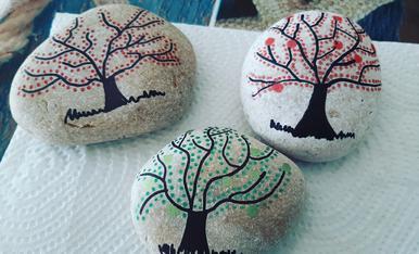 Pintan pedres trovades a la mar, pasan estones de les meves vacançes