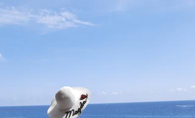 Mirant la mar en calma a Lloret de mar.