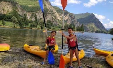 Títol: l'Adrià i el Pau super contents perquè pujaran per primera vegada en un kayak al pantà de la Torrassa.