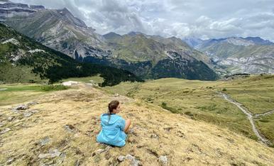 Contemplant el paisatge des del refuge des Espugettes al Parc National des Pyrénées a França.