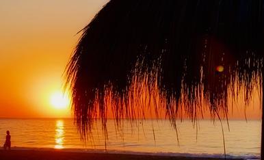 Espectacle  de llums a la sortida del sol a la platja de Torremolinos, un bon motiu per matinar en vacances