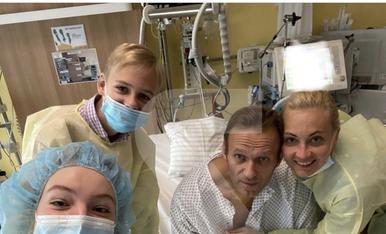 © Primera foto al sortir del coma de l'opositor rus