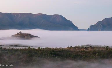 Mont-Rebei observa com Castissent (Pallars Jussà) navega el mar de boira a trenc d'Alba