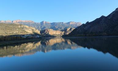 Reflex d'alba a l'aigua des del pantà de Sant Llorenç de Montgai