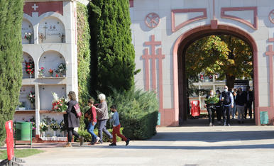 Una diada de Tots Sants diferent al cementiri de Lleida