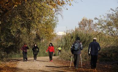 Gent passejant i fent esport a l'Horta de Lleida