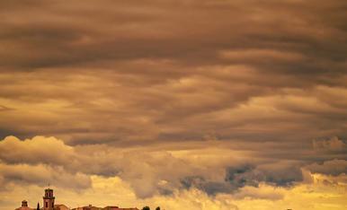 Maials amb la Punta de Montmaneu al fons