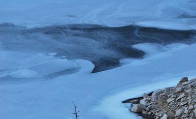 A l'hivern, l'aigua dels llacs es glaça i crea paissatges gairebé surrealistes