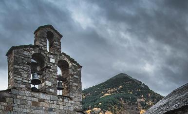 L'Esgledia de Santa Maria de Cardet amb el seu petiti cementirii