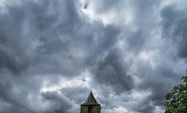 Esglesia de Sant Joan de Boi, sota un cel amenaçador de pluja