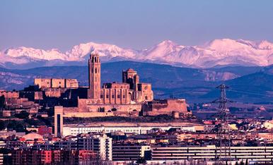 La ciutat de Lleida amb els Pirineus de fons  nevats.
