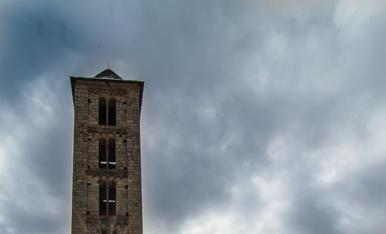 El sol de migdia es cola per un dels finestrals de la torre de Santa Eulàlia d'Erill. ( Vall de Boi)