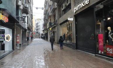Imatge de les botigues de l'Eix Comercial ahir tancat i buit, un fet inèdit un dissabte i en plena temporada de rebaixes.