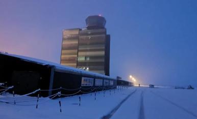 La terminal de l'aeroport de Lleida ahir després de la nevada. La Generalitat preveu acollir avui les operacions amb normalitat.