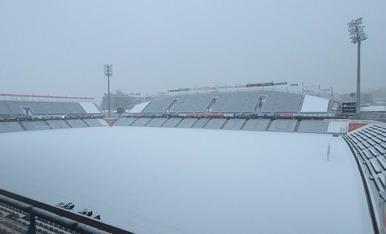 El Camp d'Esports va aparèixer amb una capa blanca de neu, encara que la gespa estava protegida per una lona tèrmica per preservar-la.