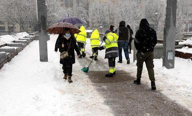 Operaris escombraven la neu de la passarel·la del Liceu Escolar de Lleida.