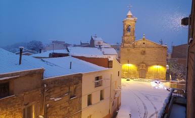 Plaça de l'Església de Montoliu de Lleida en plena nevada