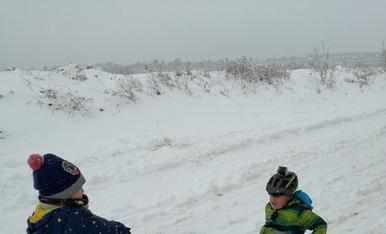El iker i lluc gaudint de la neu