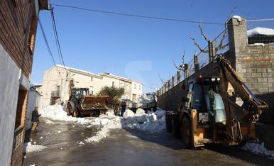 Veïns d'Aspa netegen els carrers de neu