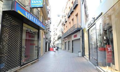 La pràctica totalitat de les botigues de l'Eix estan tancades el cap de setmana per les noves restriccions.