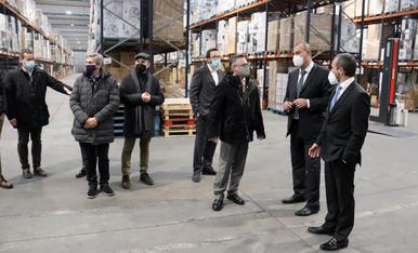 El conseller d'Empresa i Coneixement, Ramon Tremosa, visitant el centre logístic de Taurus Group, a Oliana (Alt Urgell) amb diversos directius de l'empresa.