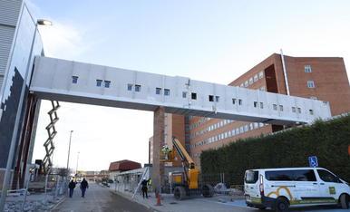 Obres d'instal·lació de la passarel·la que connecta el nou edifici amb el principal de l'Arnau.