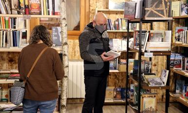 © Una quadra convertida en llibreria a Alins