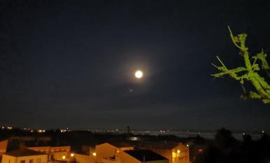 Lluna plena sobre Montoliu de Lleida