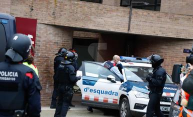 Imatges de la detenció de Pablo Hasél i l'ampli dispositiu policial