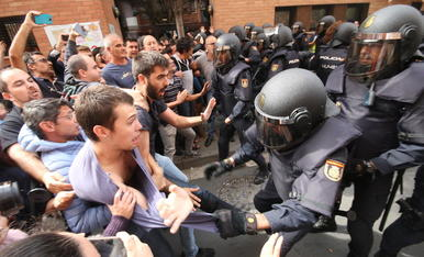 Imatge de la càrrega policia que hi va haver l'1-O al col·legi electoral de la Mariola.