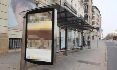 Imatge d'una de les marquesines publicitàries que són en parades d'autobusos i també en diversos punts de la ciutat.