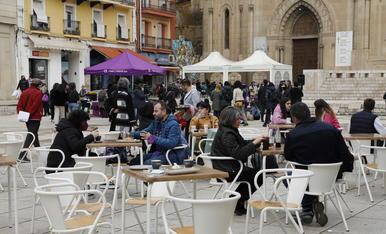 Varios clientes en la terraza de un bar de la plaza Sant Joan de Lleida hacia las 12.00 horas.