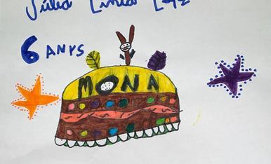 La Júlia té 6 anys i aquest any vol una mona amb un conillet de xocolata. Ha dibuixat 2 estrelles envoltades de punts perquè a l'escola han estudiat a l'artista japonesa Yayoi Kusama