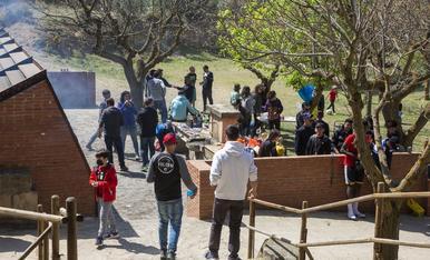 Desenes de lleidatans reprenen la tradició de celebrar el Dilluns de Pasqua en parcs i torres