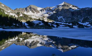 Amb l'augment de les temperatures, el glaç dels llacs va desapareixent. Estany Gèmena de Dalt ( Vall de Boi)
