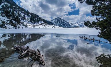 Amb la primevera comença el desglaç dels llacs d'alta muntanya (Estany Serrader al PN d'Aigüestortes)