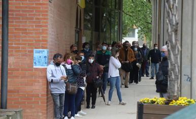 Persones esperant a vacunar-se ahir a l'Onze de Setembre.
