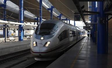 Un AVE arribant a l'estació de Lleida.