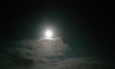 una nit de Juliol, lluna plena a la platja de salou